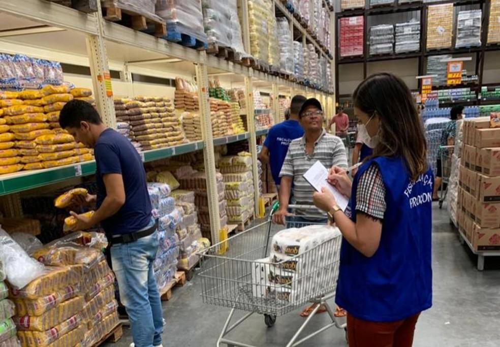 Procon faz anualmente as pesquisas de preços dos alimentos em supermercados da capital — Foto: Ascom