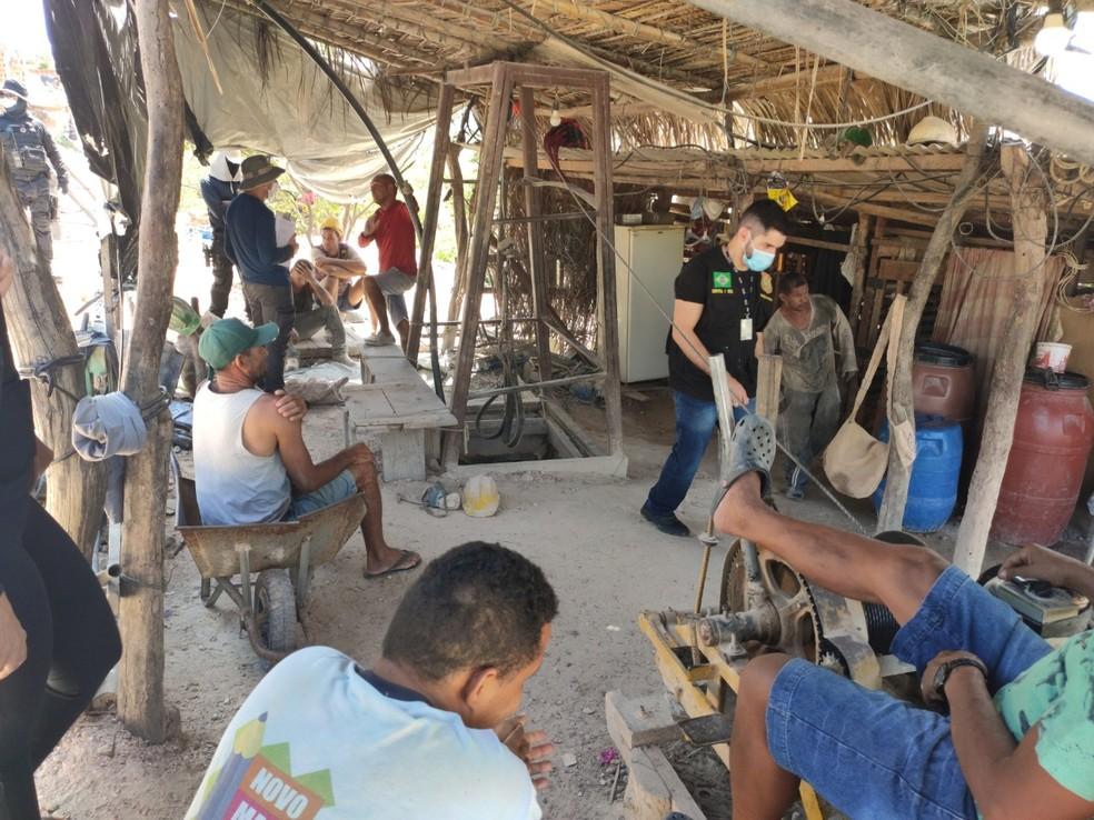 Trabalhadores resgatados em situação análoga à escravidão no norte da Bahia — Foto: Sinait Bahia/Divulgação