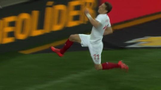Gol da República Tcheca! Zaga falha feio, Pavelka chuta e marca, aos 36 do 1º tempo