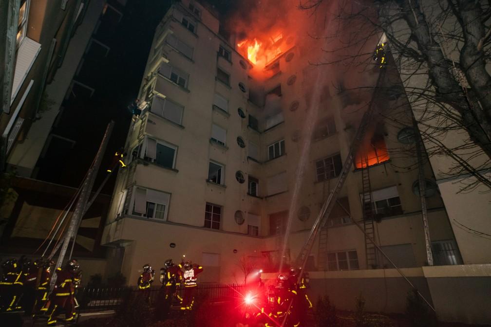 Bombeiros tentam combater as chamas que atingem prédio em Paris, na França, nesta terça-feira (5)  — Foto: Benoît Moser / Brigada dos Sapeurs-Pompiers de Paris/ via Reuters