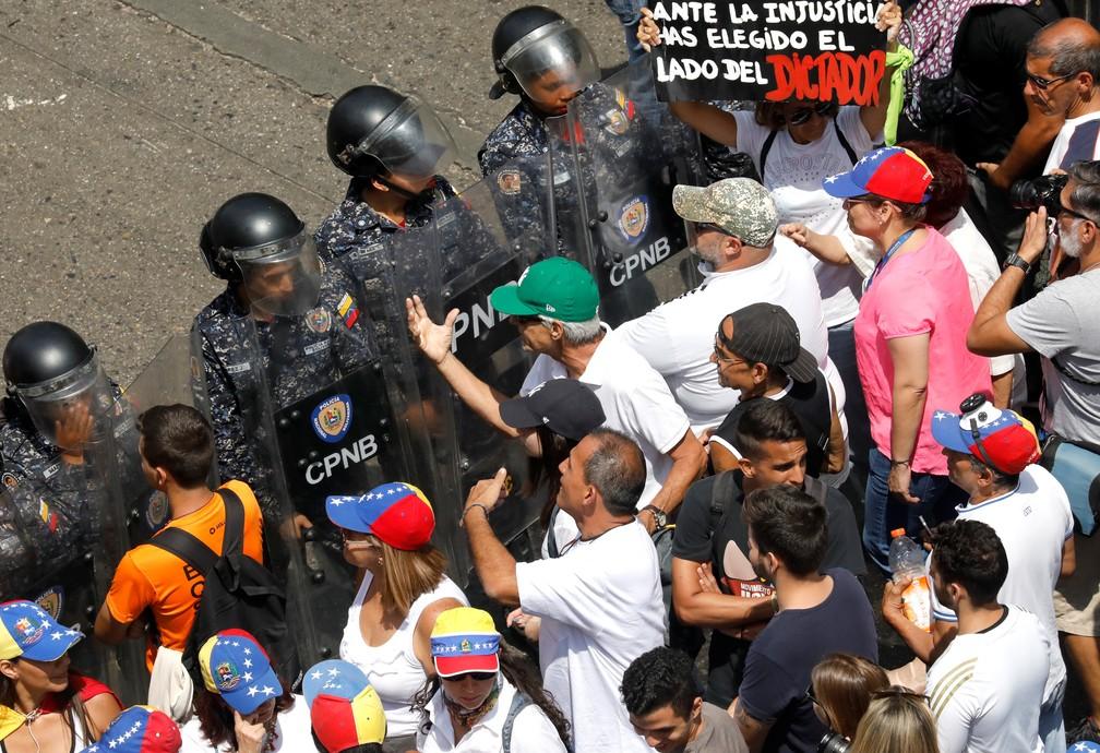 Policiais impedem avanço de manifestação contra Maduro em Caracas, na Venezuela — Foto: Carlos Jasso/Reuters