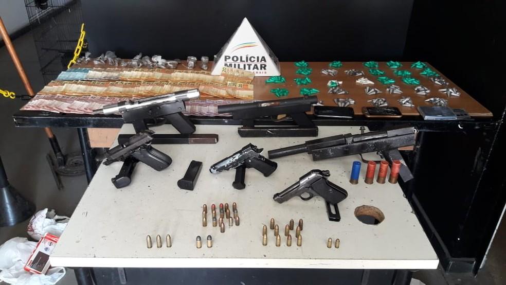 Armas de fabricação caseira e srogas são apreendidas em operação da PM. — Foto: Polícia Militar/Divulgação