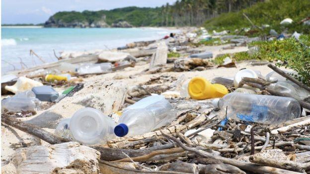 Calcula-se que até 5% do plástico produzido por ano vá parar nos oceanos (Foto: Getty Images via BBC News Brasil)