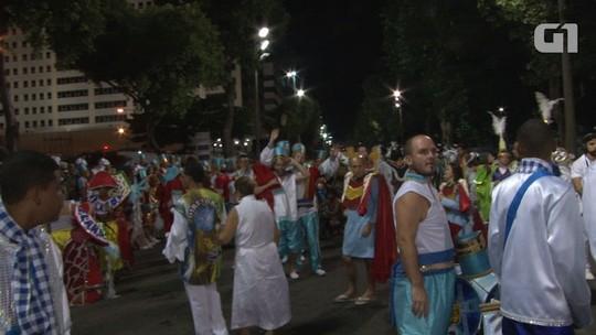 Integrantes da Caprichosos de Pilares se preparam para desfile sem carros na concentração