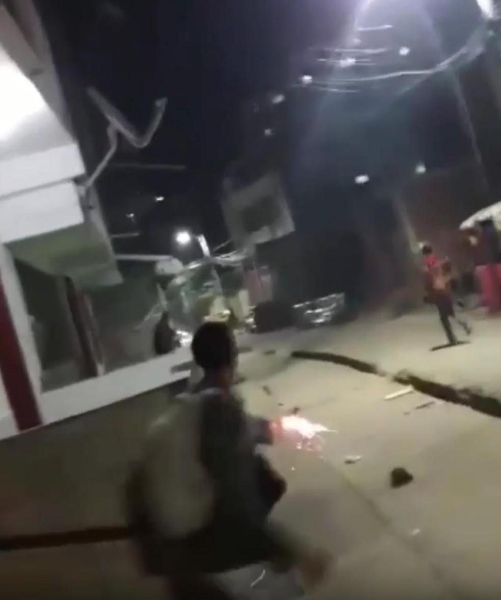 Guerra de fotos de artifício no bairro do Imbuí, em Salvador  — Foto: Reprodução/Imbuí Notícias