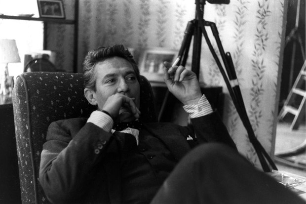Actor Peter Finch on the set of the film ' No Love for Johnny', Pinewood Studios, Britain, 1960. (Photo by Michael Ward/Getty Images) (Foto: Getty Images)