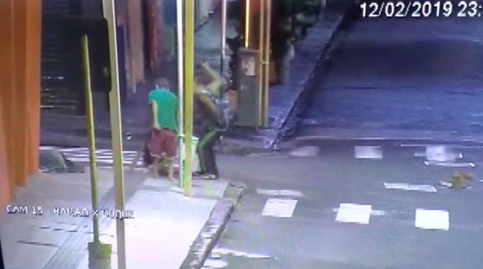 Mulher é espancada por dois homens no Centro de Ribeirão Preto, SP — Foto: Olhos de Águia/Polícia Militar