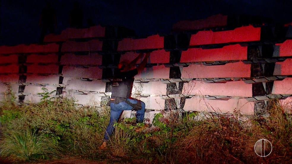 Corpo carbonizado foi encontrado amarrado e de cabeça para baixo entre pilhas de materiais de concreto em Parnamirim, na Grande Natal (Foto: Reprodução/Inter TV Cabugi)