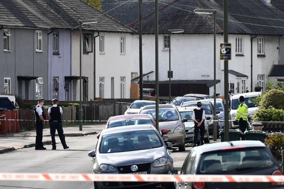 -  Polícias fazem buscas em Sunbury, Surrey, no subúrbio de Londres, neste sábado  16   Foto: Chris J Ratcliffe / AFP