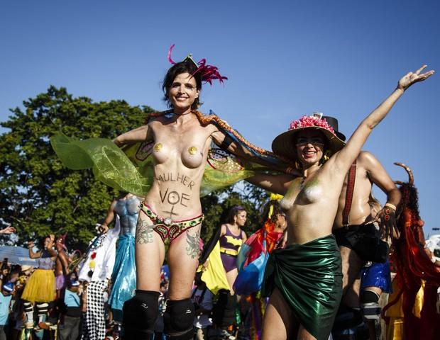 Carnaval: é preciso ter feito para colocar os peitos de fora, como fizeram as foliãs da Orquestra Voadora, no Rio (Foto: Fernando Lemos/ Agência O Globo)