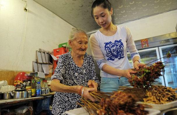 ...ajuda nos afazeres domésticos (Foto: Central European News)