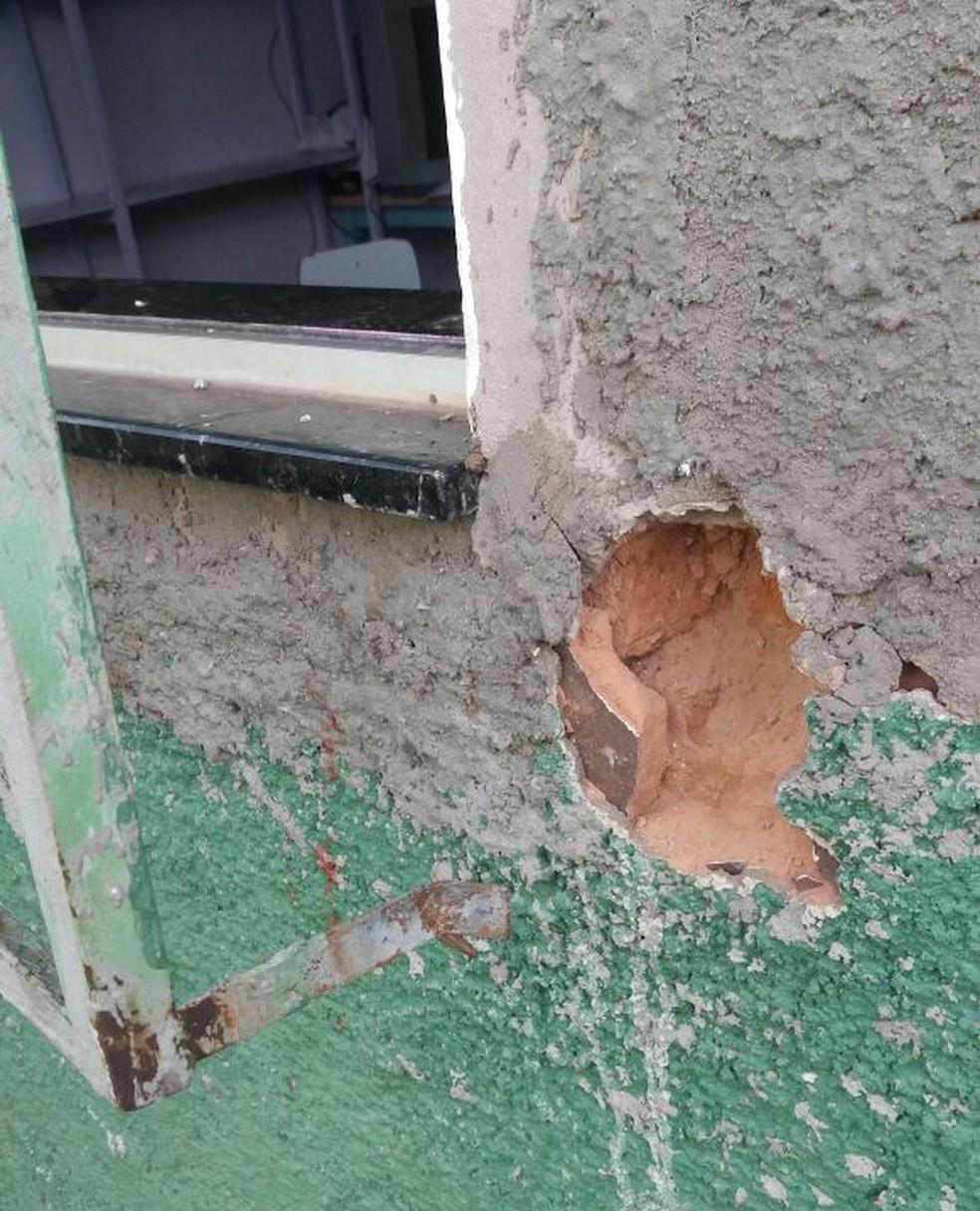 Vândalos danificaram grade de janela e arrombaram portas para furtar creche em Igaraçu do Tietê (Foto: Arquivo Pessoal)