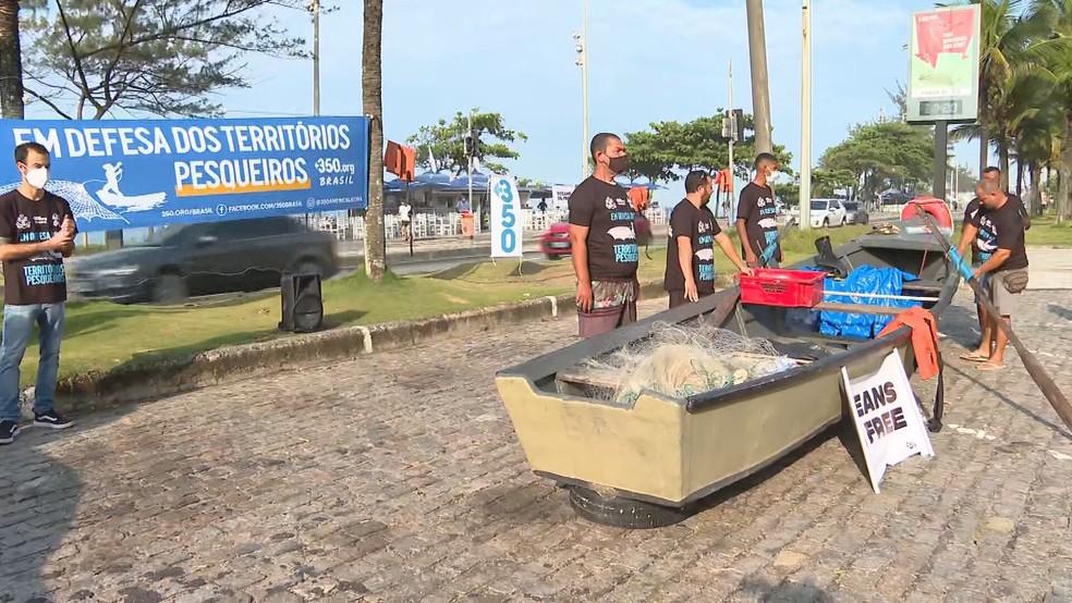 Ambientalistas fazem uma manifestação na porta do hotel onde a ANP fará leilão de blocos para exploração de petróleo — Foto: Reprodução/TV Globo