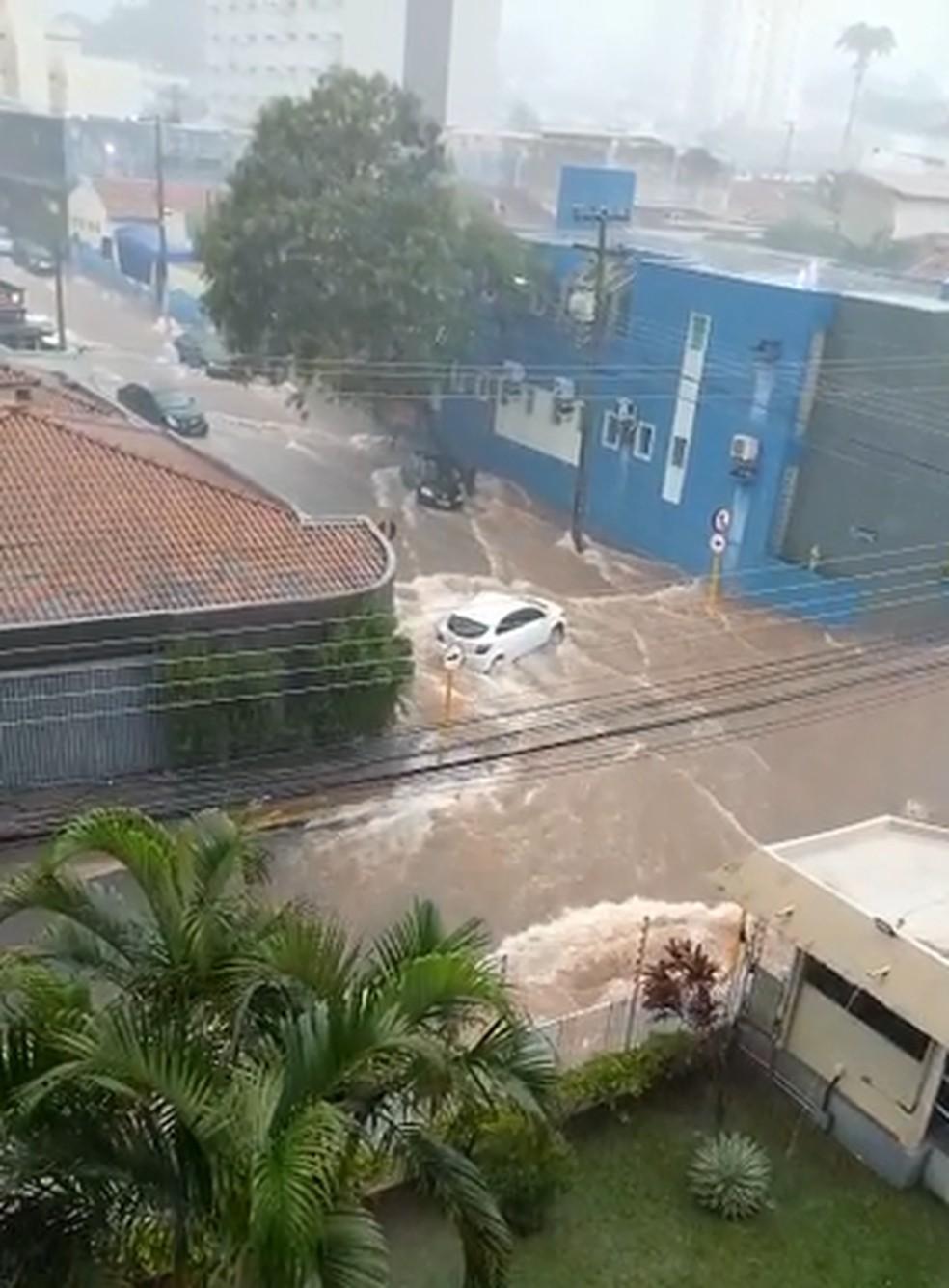 Moradores registraram carros sendo arrastados durante chuva em Bauru (SP) nesta quinta-feira (17) — Foto: Reprodução/ TV TEM