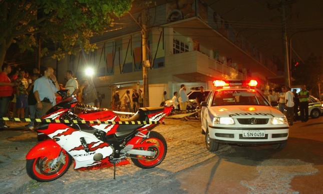 A Kawasaki ninja de Maninho na Estrada do Gabinal, em Jacarepaguá, onde o bicheiro foi assassinado