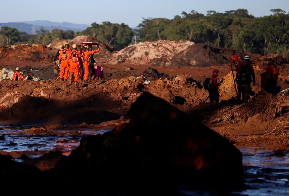 Membros da equipe de resgate trabalham na busca por vítimas em Brumadinho (MG) nesta segunda-feira (28) — Foto: Adriano Machado/Reuters