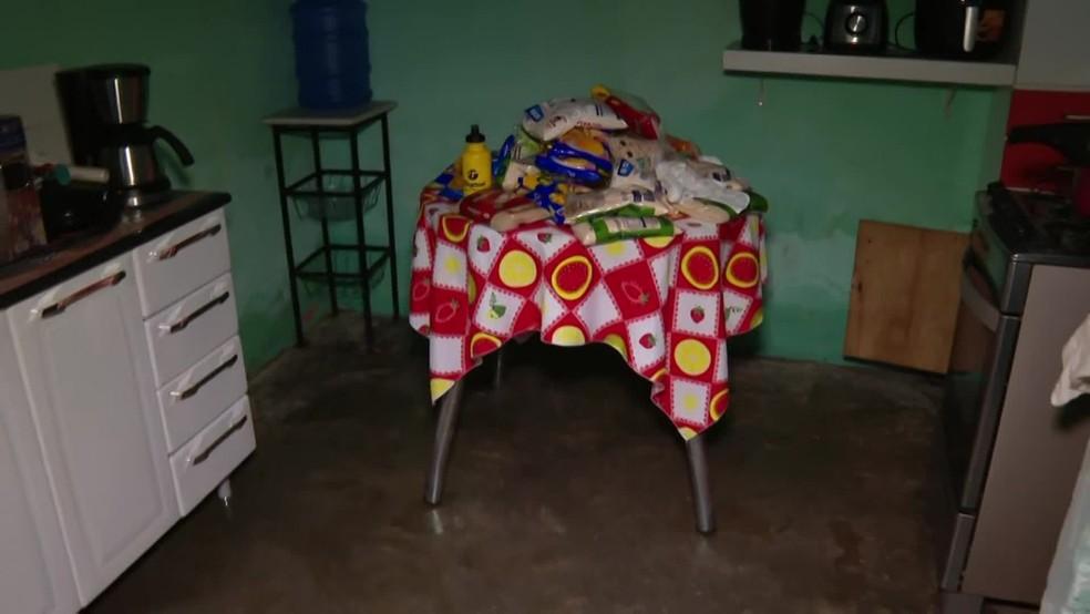 Alimentos resgatados da inundação na residência da dona de casa Ana Cristina da Silva, localizada na Rua Irmãs Fox, em São Lourenço da Mata — Foto: Reprodução/TV Globo