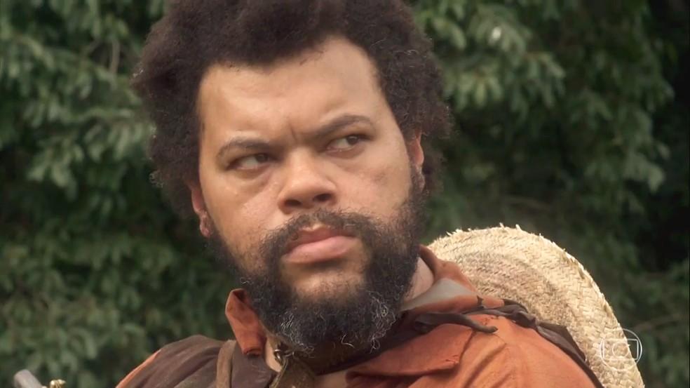 Jacinto (Babu Santana) reconhece Joaquim (Chay Suede) como o índio que salvou Dom Pedro (Caio Castro), em 'Novo Mundo' — Foto: TV Globo