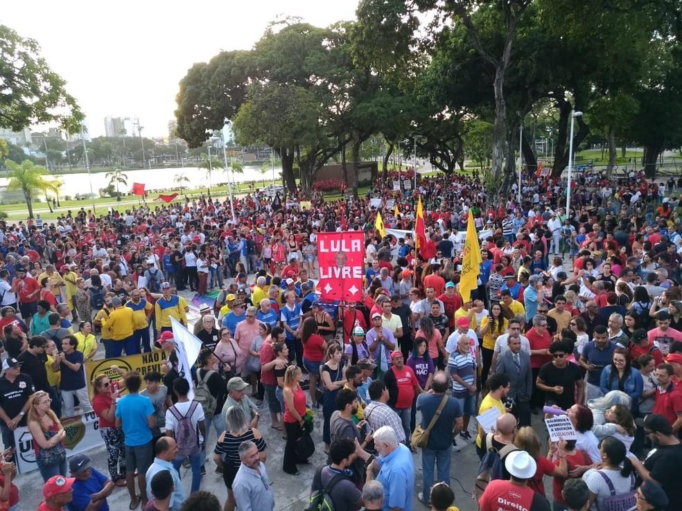 JOÃO PESSOA, 16h45: Manifestantes em ato público no Parque da Lagoa, no Centro de João Pessoa, nesta sexta-feira (14) — Foto: Hebert Araújo/TV Cabo Branco
