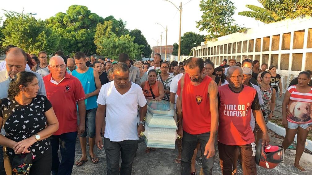 Hebert Filipe Silva Souza, de 11 anos, foi enterrado em Camaçari — Foto: Victor Silveira/TV Bahia