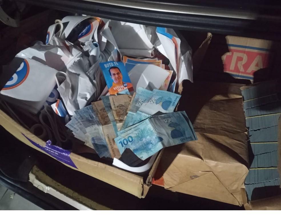 PM apreendeu dinheiro e objetos com suspeitos de crime eleitoral em Caucaia — Foto: Reprodução SVM