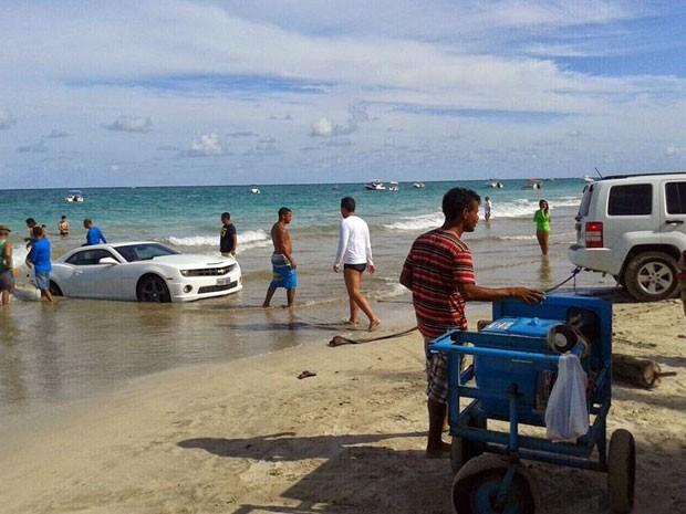 Camaro teve que ser rebocado para sair do mar (Foto: Edson Flávio/Via Certa Natal)
