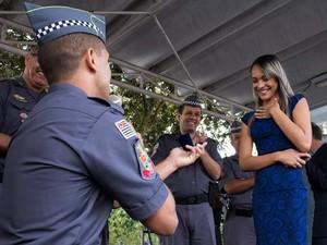 Aspirante a soldado faz pedido de casamento em formatura da polícia em São José dos Campos (Foto: Arquivo Pessoal/Natália Rocha)
