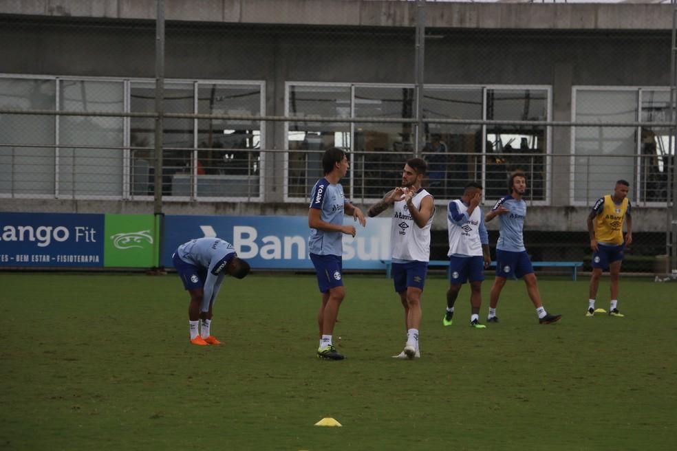 Geromel conversa com Vizeu em treino do Grêmio — Foto: Eduardo Moura