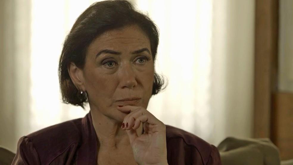 Valentina (Lilia Cabral) decide hospedar Feijão (Cauê Campos) para descobrir nova passagem para a fonte, em 'O Sétimo Guardião' — Foto: TV Globo