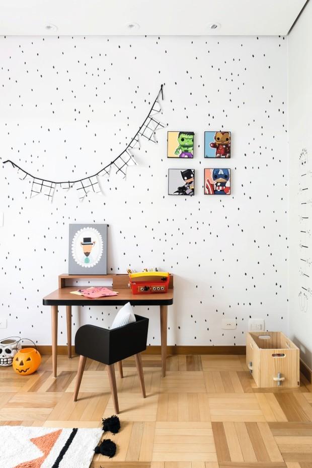 Canto de trabalho. A escrivaninha com pés palito e leve toque retrô funciona como bancada de estudo. Papel de parede da Branco para a Ameise. Quadrinhos coloridos da Urban Arts (Foto: Renata D'Almeida / Divulgação)