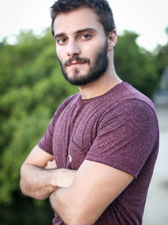 Hugo Bonemer: ator volta à TV nesta quarta-feira (21), vivendo um advogado (Foto: Gabriel Felix)