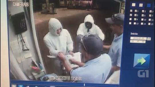 Jovens roubam posto e ameaçam funcionários com facas; VÍDEO