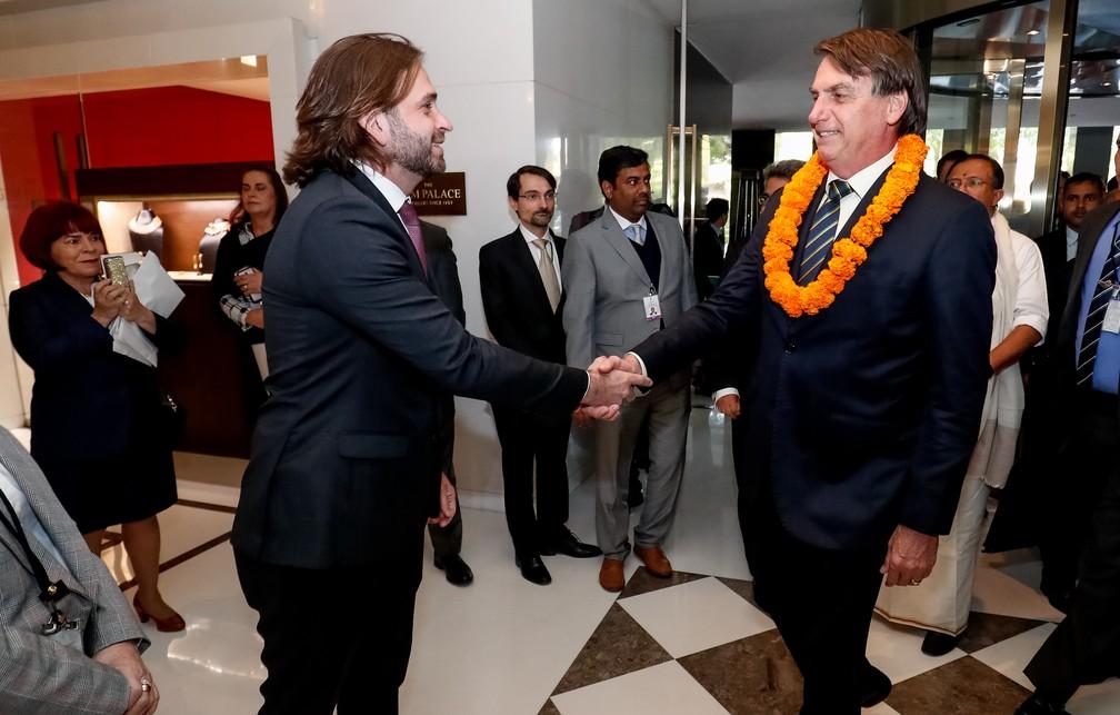 O presidente Jair Bolsonar cumprimenta o ministro-chefe da Casa Civil em exercício, Vicente Santini, ao chegar em Nova Delhi na Índia — Foto: Divulgação/ Presidência da República/Alan Santos