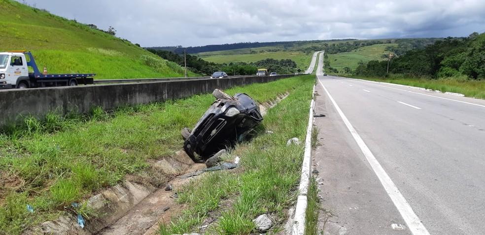 Motorista seguia na BR-101 quando perdeu o controle do veículo e capotou — Foto: PRF/Divulgação
