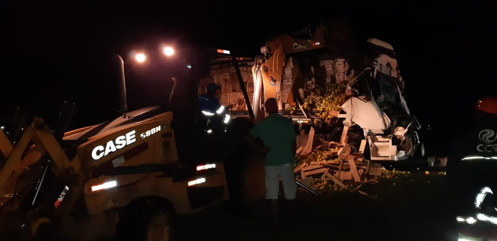 Caminhão transportava laranjas e derrubou carga na pista — Foto: Divulgação/PRF