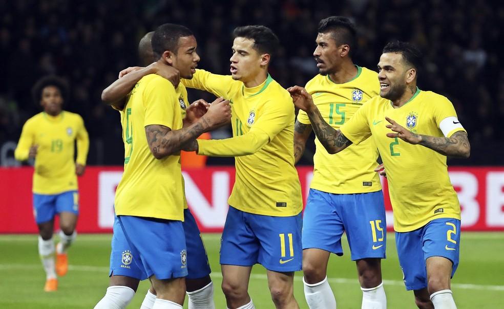 Jogadores da seleção brasileira comemoram o gol contra a Alemanha — Foto: EFE