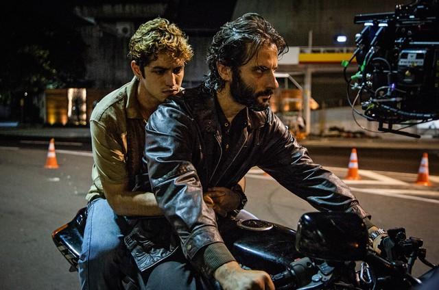 Gabriel Leone e Flavio Tolezani em 'DOM' (Foto: Divulgação/Amazon)