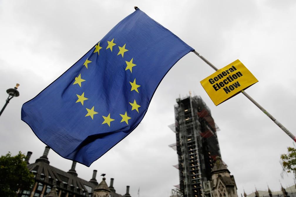 Manifestante contra o Brexit mostra uma bandeira da União Europeia perto do  Parlamento britânico, no centro de Londres, nesta quinta-feira (17)  — Foto: Tolga Akmen / AFP
