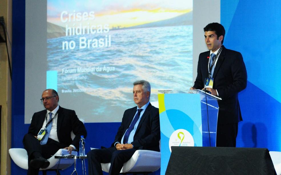 Ministro da Integração Nacional, Helder Barbalho (em pé), e governadores Geraldo Alckmin (PSDB) e Rodrigo Rollemberg (PSB) durante apresentação no 8º Fórum Mundial da Água (Foto: Dênio Simôes/Agência Brasília/Divulgação)