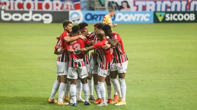 Jogadores do São Paulo contra o Bahia