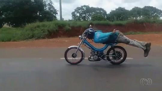 Jovem é detido após fazer manobra 'Superman' em ciclomotor na BR-153, em Anápolis; veja vídeo