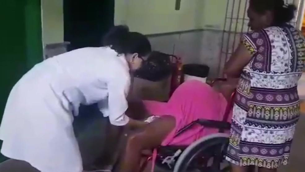 Grávida de gêmeois, mulher deu à luz um bebê na cadeira de rodas na entrada de hospital em GOiana, no Grande Recife — Foto: Reprodução/TV Globo