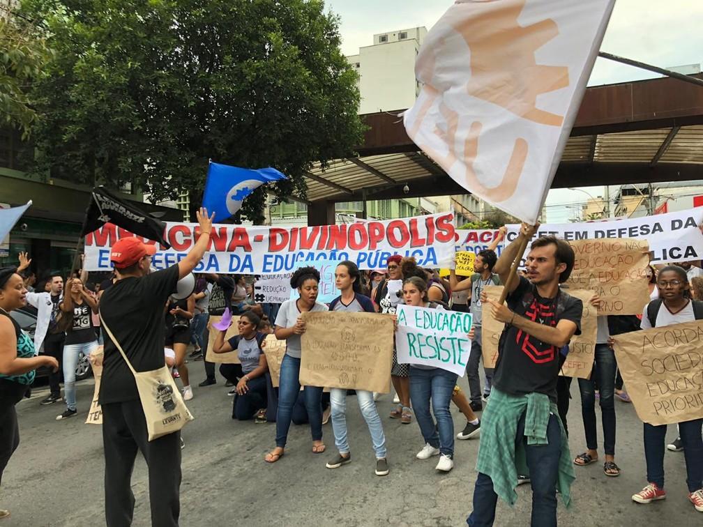 Divinópolis (MG) - Protesto contra bloqueios na educação — Foto: Matheus Garrôcho/G1