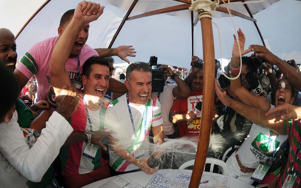 Chiquinho da Mangueira, presidente da escola, estoura champanhe para comemorar título de 2016 — Foto: Alexandre Durão/G1