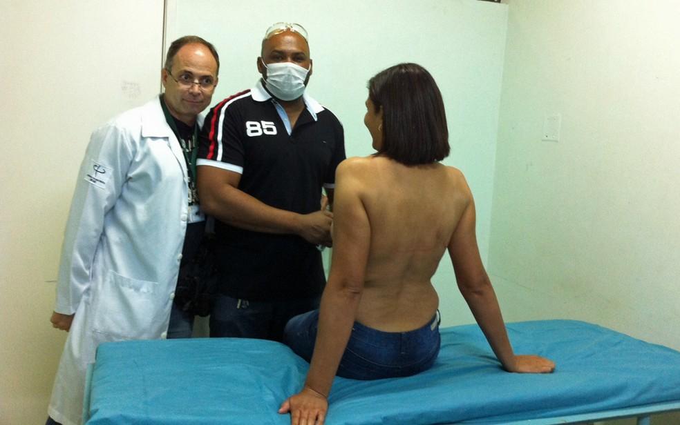 Tatuador Cleison Leite (de máscara) atende mulher que fez procedimento de micropigmentação dos mamilos (Foto: Arquivo pessoal)