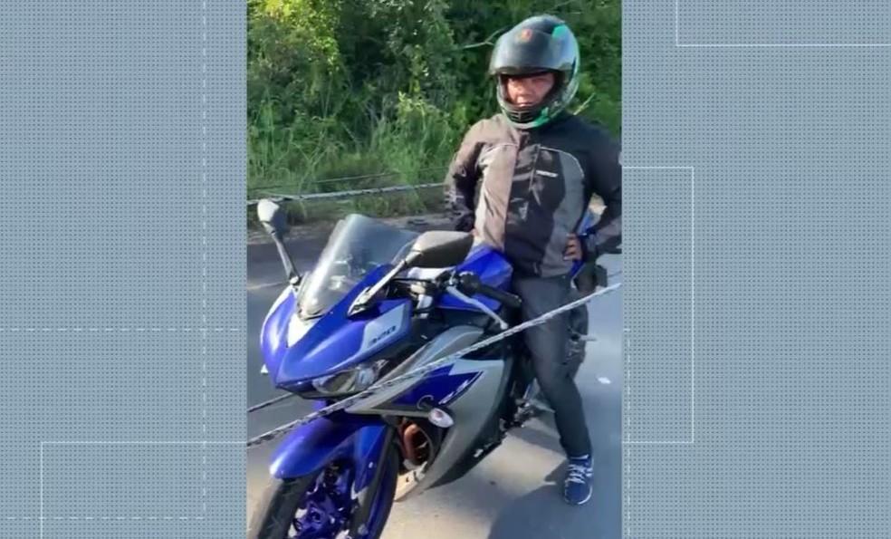 Motociclista ficou preso entre fios de alta tensão que se desprenderam de poste, em rodovia no Amazonas. — Foto: Reprodução