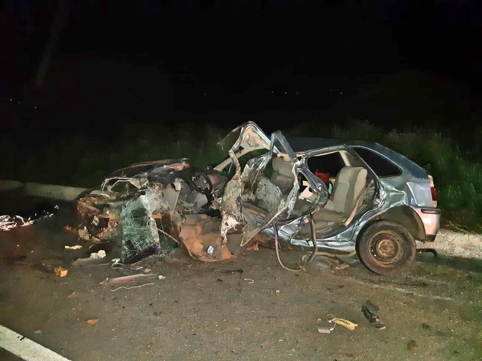 Carro ficou destruído após colidir com caminhão em Caetés — Foto: PRF/Divulgação