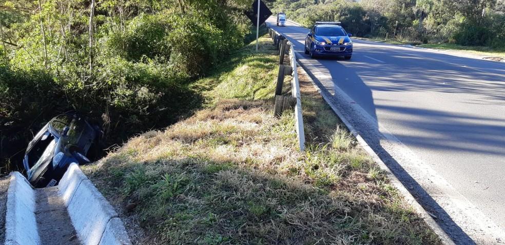 Carro saiu da pista da BR-282 em São Bento do Sul  — Foto: PRF/Divulgação