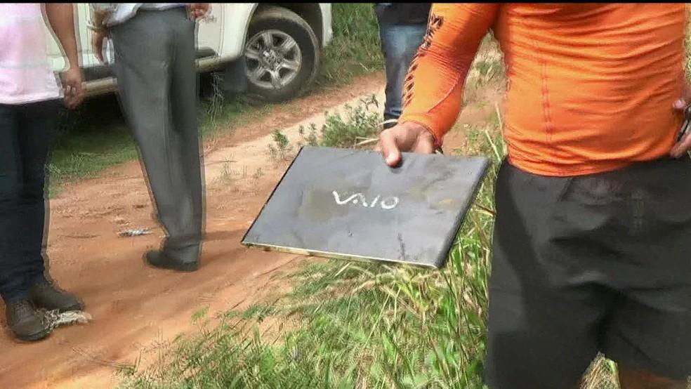 Notebook retirado do fundo de lago no Rio Paraíba do Sul, no Rio de Janeiro — Foto: Reprodução/ GloboNews