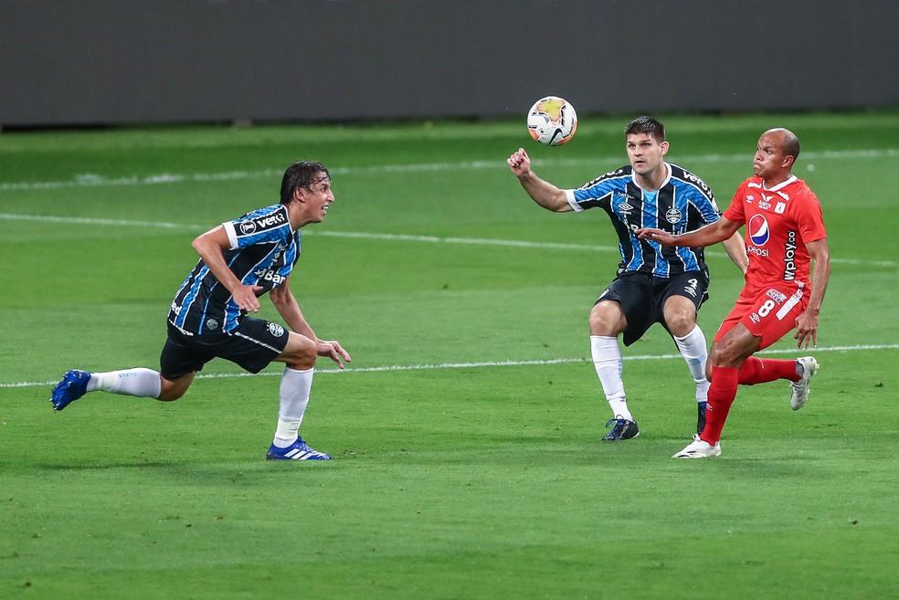 Geromel e Kannemann em ação juntos na Libertadores — Foto: Lucas Uebel/Grêmio